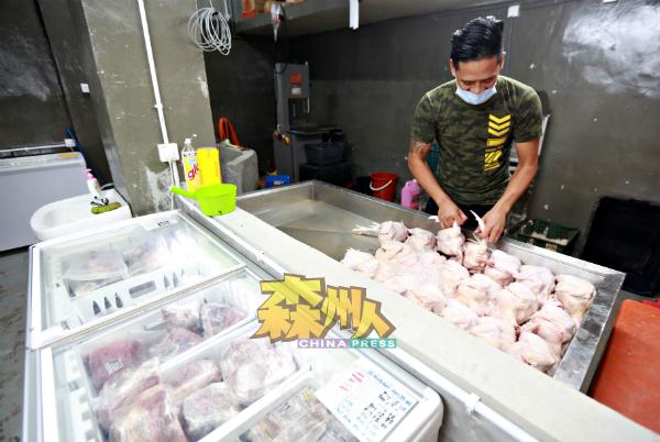 生鲜超市与巴刹一样,也有售卖新鲜的肉鸡。