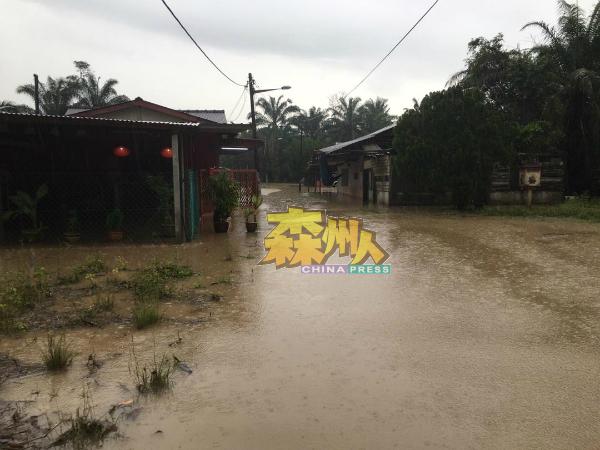 上午的一场大雨,造成甘榜宜唛拉马及甘榜宜唛峇鲁发生水灾。