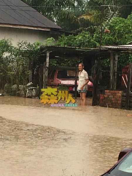 看见住家被水灾侵袭,居民脸上尽是忧愁,无语问苍天。