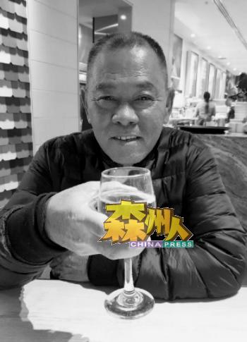 """彭国胜生前最喜欢这张""""干杯""""的照片。"""