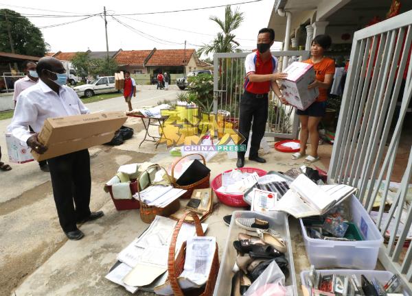 谢琪清(右2)为灾民送上电水煲,左为P古拿。