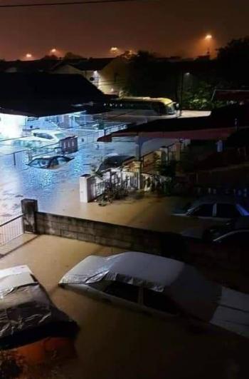连绵大雨使到芙蓉多个地区陷入突发水灾,灾情严重。