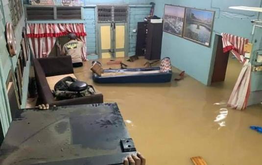 洪水进入住家,家具被冲得七零八落。