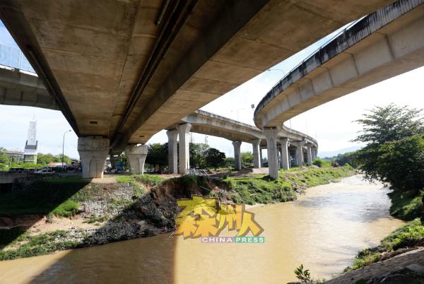 """耗资2万令吉为期两周的清除淤泥和挖深河床两大工程,料12月初可完成,让水灾重灾区灾民暂时挥别""""闻雨色变""""的恐怖日子。"""