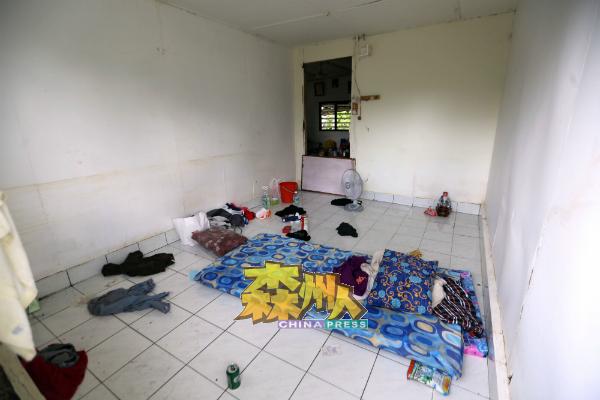 """由于家里一片混乱及还在收拾中,现在一家人唯有拿着日前从水灾援助站领到的床褥""""打地铺""""。"""