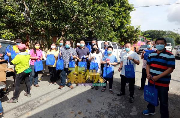 曾泠棌渔业有限公司赞助1.8吨的新鲜松鱼,派发给灾民,左2起为叶小瑂、何彩思、萧开文、吴健南、钟昀宏及曾泠渽(前右2)。