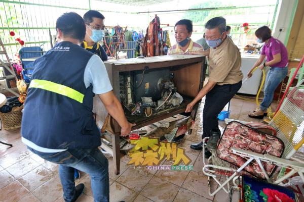 马华团队在灾区协助居民进行清理工作。