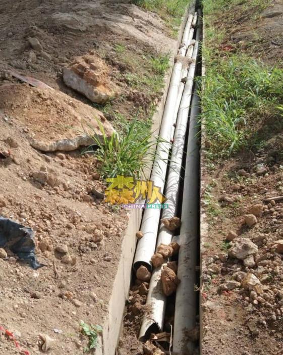 居民投诉国能员工的善后工作没做好,随便把塑料管丢在排水沟。