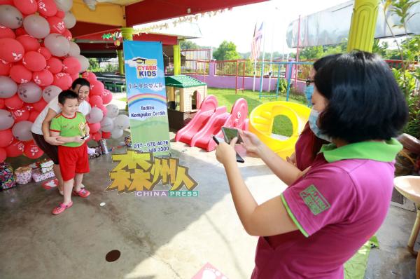 幼儿园在非常时期采用得来速(Drive Thru)方式,避开家长学生同一时间到场,小朋友的幼儿园生涯也留下难忘回忆。
