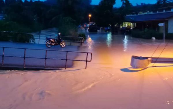 高涨的河水切断了半芭新村到银和园的交通。