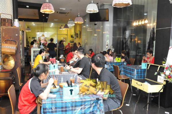 """大楼底层除了美发店,还有李月丽与合伙人卢慧玲经营的""""七记""""茶楼,推出精致的娘惹食物,颇受顾客欢迎。"""