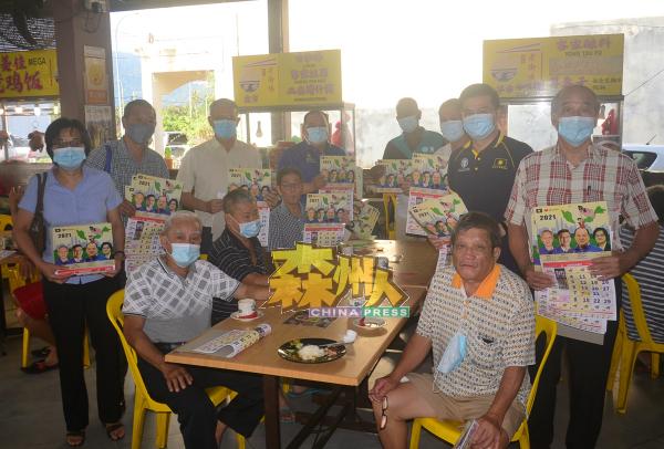在美食中心用餐的市民都获得一份月历,皆大欢喜。