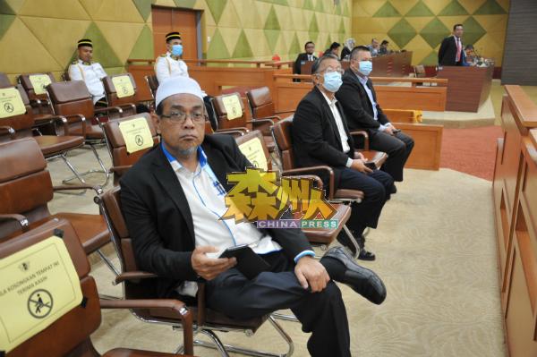 苏海米(左起)、周世扬及吴金财出席芙蓉市政局常月例常会议。
