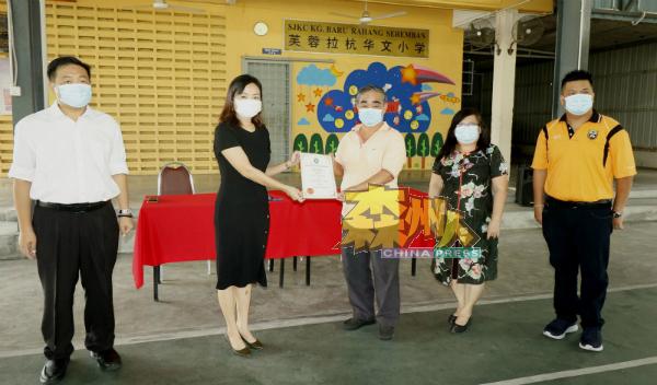 林福兴(右3起)移交感谢状给予黄燕婷,右起为黄玟超、吴春兰及吴健南。