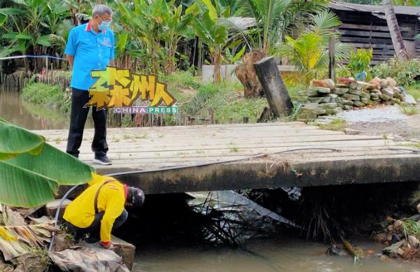 其中一座河桥被巨木块阻塞,河水在下雨时无法通畅排走。
