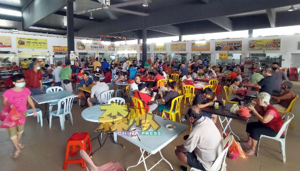 很多市民到芙蓉大巴刹购物之余,也在楼上熟食摊品尝美食。