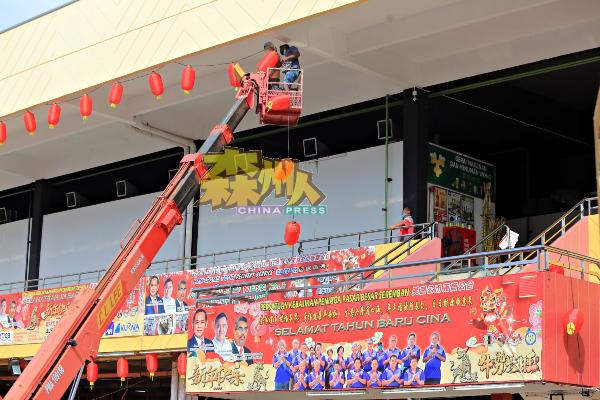 芙蓉大巴刹今年将挂上逾3000个大红灯笼,工程如火如荼举行,近日内可完成。