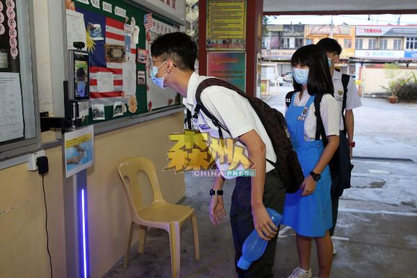 应考生进入课室前,必须在学校入口测量体温,做足防疫标准作业程序。