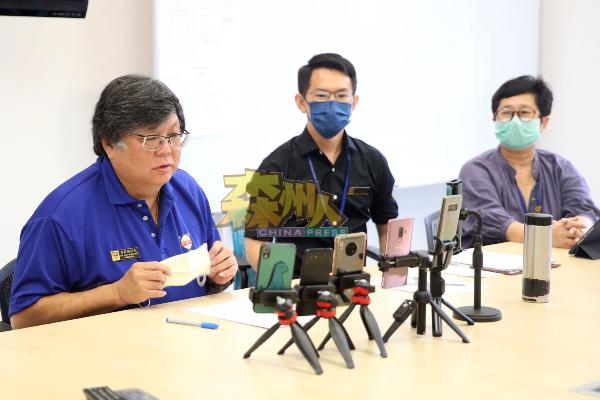 蔡亲炀(左)通过线上直播方式,在开学日向学生和家长传达学校最新资讯。