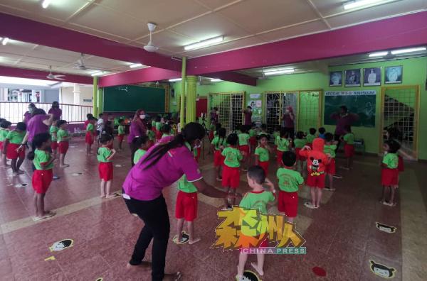 幼儿园小朋友,全部获准上课,全部表现得十分兴奋。