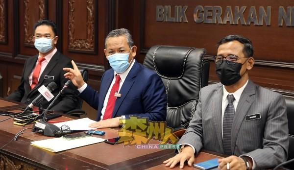 阿米努丁(中)指州政府即日起重新开放已冻结7年的废铁回收执照申请,左为森州行政议员张聒翔,右为森州秘书拿督拉查里。
