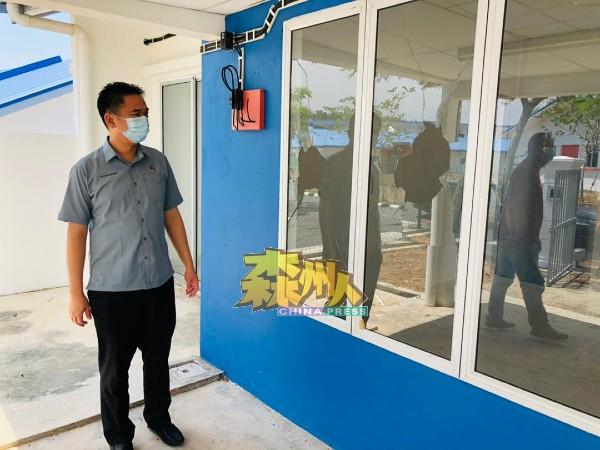 张聒翔巡视晏斗人民房屋,发现部分房屋单位确实有所毁损,门窗出现破裂。
