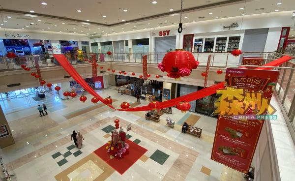 芙蓉永旺购物广场仅用大小红灯笼、红布布置新年装饰,部分区域的灯笼寥寥可数。