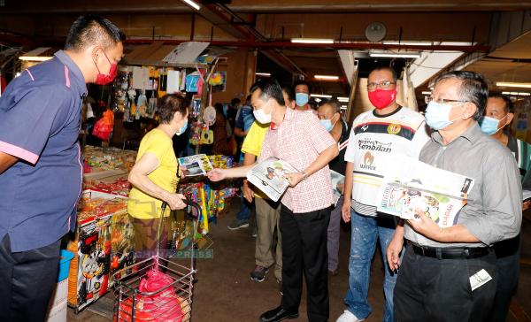 谢琪清(左3起)、赛夫及周世扬等,一起派反毒宣导传单予芙蓉大巴刹的市民。