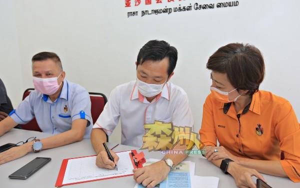 谢琪清(中)也是芙蓉新城高苑居民,率先响应签名运动,叶耀荣(左)及陈丽群亦通过签名表达反对立场。
