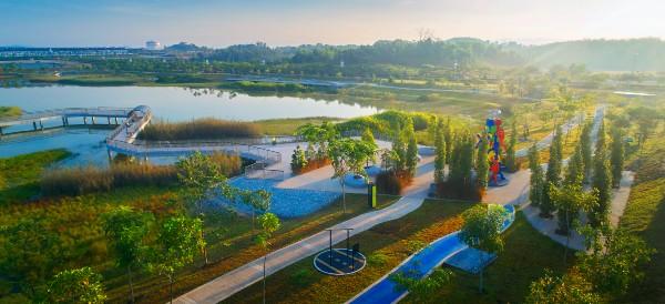 """侨丰地产(OSK Property)发展的芙蓉Iringan Bayu住宅区蕴藏22英亩的""""湿地公园"""",发展商通过善用集水池打造成原始生态湖畔环境。"""