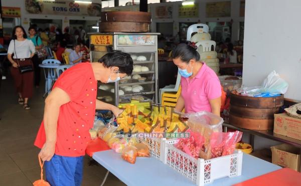 在减少引进年饼的数量后,一些小贩新年前售完所有年饼,目前仅售卖糕点和向来畅销的香饼、萨其马及米层。