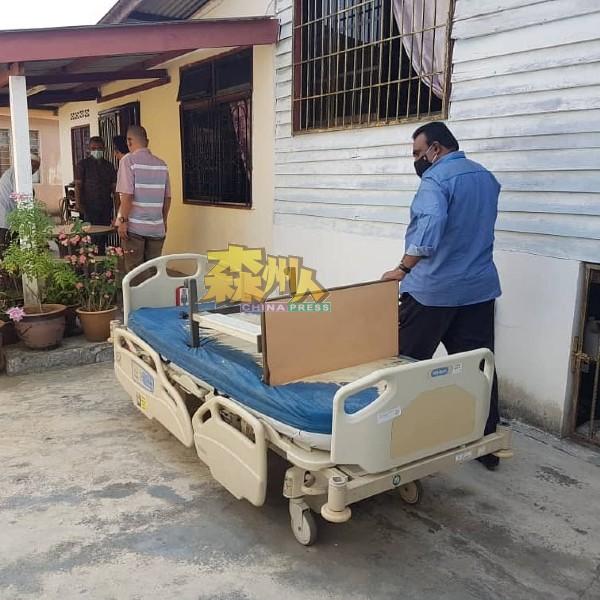 拉威亲自把3张医疗级病床送到芦骨斯里巴力新村、波德申甘榜巴也平民屋及波德申乌达马花园病黎家中。