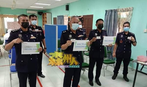 根据波德申警区面子书网页,艾迪山(左3)已于本月8日连同部分波德申警区警官一同接种疫苗。