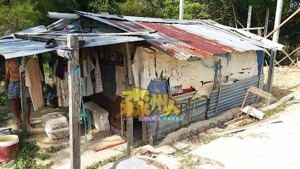 李吉林居住的简陋木屋,生活环境很不理想。