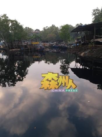 瓜拉芦骨格吉河及渔船码头受到污水污染问题疑是该地区养殖场所排出。