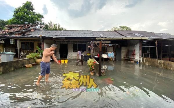 沉香郭开东路出现突发水灾,许多住家车房出现大片积水,居民忙着清理积水。