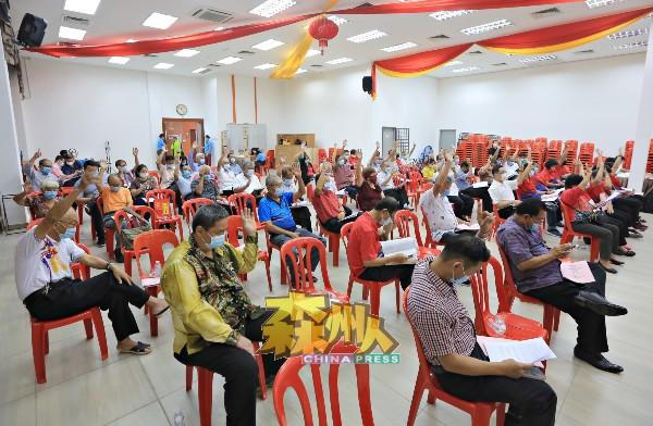 出席的111名会员举手通过16项提案。