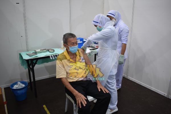 医护人员为民众接种疫苗。