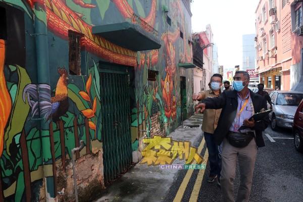 艺术巷壁画街全长550公尺,除了既有壁画,市政局拟增设新壁画,左为李汉强。