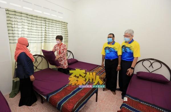 陈丽群(左2)巡视心智健康之家的卧室环境及用具,左为鲁斯娜,右起是再努丁和哥比。