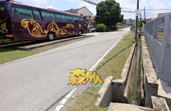 芙蓉市政局两周前巡视后,揭发莫琛花园6个渠道交接口遭受阻挡物堵塞,近日内将展开维修和清理。