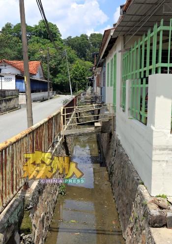 莫琛花园突发水灾主要是排水沟交接口排水不及,洪水容易倒流所致。