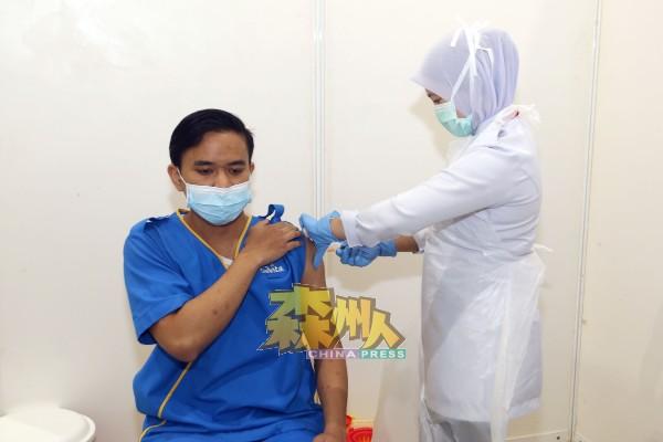 一名医护人员正在接受注射新冠肺炎疫苗。