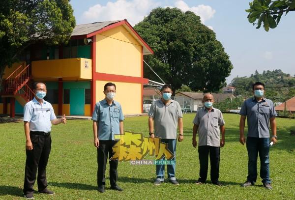 谢琪清(左2)巡视马华小学毁损情况后,马上答应包办维修费,左起为吴文栋校长、赖子云(左3)、刘天财、李汉强。