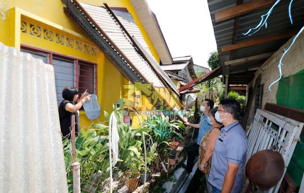 住家屋顶一整大片的锌片被风吹刮,掉落在邻居的住家。