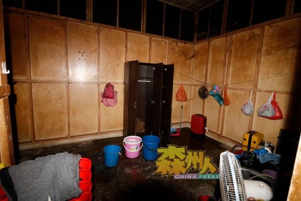 村民的住家屋顶梓片被强风摧毁,导致房间漏雨,村民被逼搬移睡床。