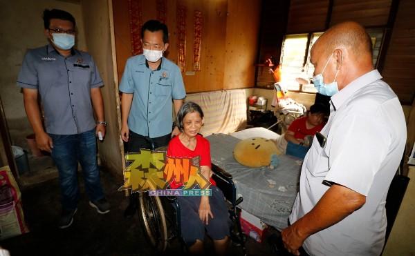 谢琪清(中)联同村长刘天财(右)及市议员李汉强,拜访灾黎傅美凤。