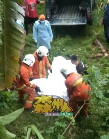 死者被撞抛至山坡下,头部受到重创,当场毙命。