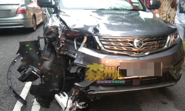 宝腾X70休旅车在撞击后,车首右边毁坏。