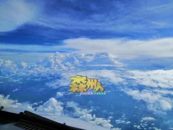 晴空万里的云层,像梦幻般美丽,这也使到何永溋想在高空工作到年华老去。